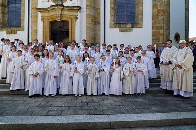 44 Kinder am Tisch des Herrn