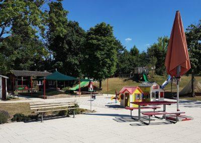 Spielplatz und Garten