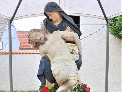 Pieta liebevoll geschmückt
