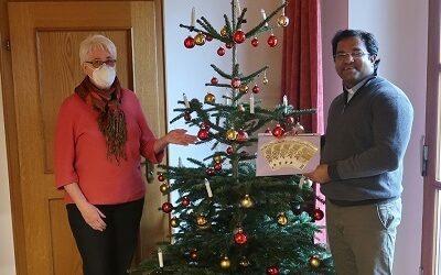 Pater Robin freut sich über Spende für Indien