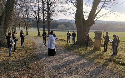 Ministranten beten Jugendkreuzweg