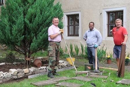 Fleißige Helfer im Pfarrhof-Garten